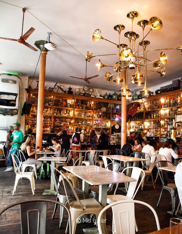 RESTO - Galeria de Paris - Rue da Galeria de Paris 56, 4050). Décoration industrielle et vintage pour le bar-resto-pub par excellence. Il est impossible de savoir exactement tout ce qu'il y a sur les étagères et les murs. Des collections de balances, de jouets, un water et un Fiat Cinquecento! (une vraie!). Il y a un menu du jour du lundi au vendredi , simple et au prix raisonnable. Il y a toujours des prospectus avec toute l'information culturelle et de loisir de la ville.