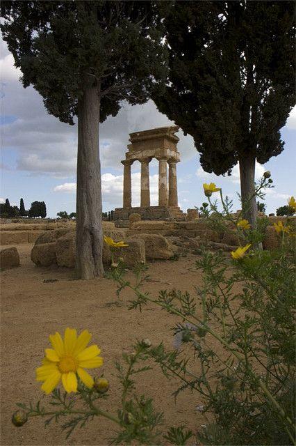 Tempio di Castore e Polluce (Agrigento, Sicilia, Italia). Temple of Castore and Polluce (Agrigento, Sicily, Italy).