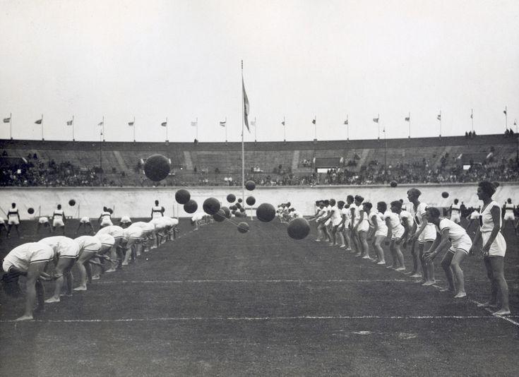 Atletiek. Meerkamp turnen dames: het Duitse team speelt medicijnbal. Nederland, Amsterdam, 1928