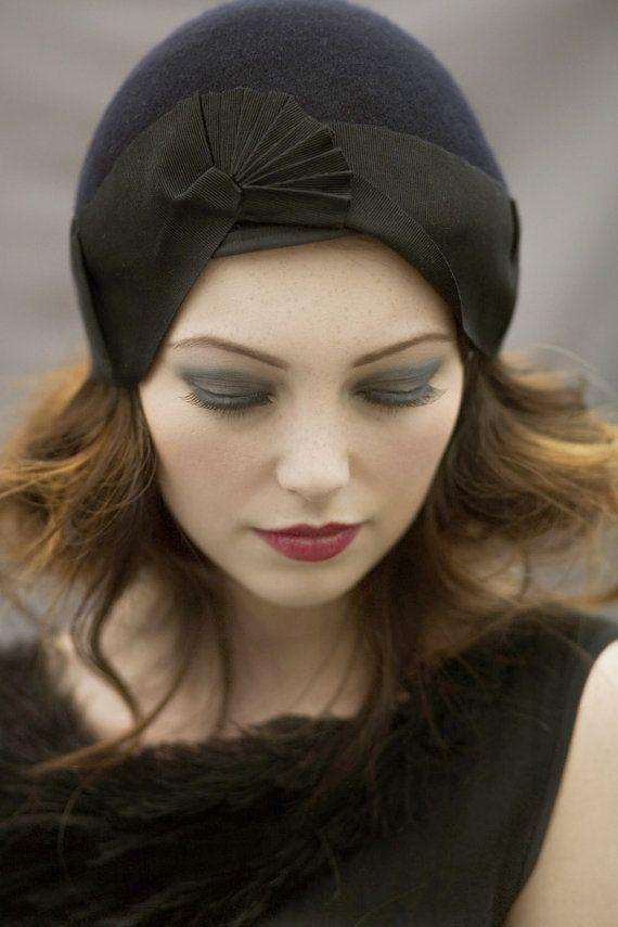 Chapeau Cloche noir en laine feutre avec par MaggieMowbrayHats, £145.00