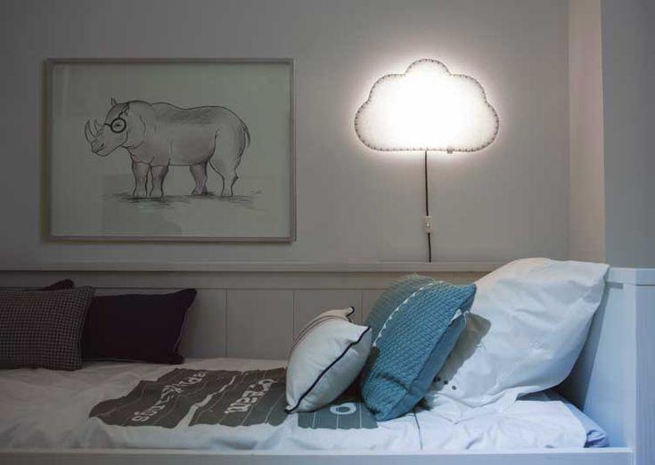 Créez une atmosphère douce et poétique pour le sommeil de votre enfant avec l'Applique Nuage imaginée par la marque Espagnol BUOKIDS. Elle créera la parfaite lumière indirecte sous laquelle votre enfant adorera lire, jouer et faire une sieste sans avoir peur du noir.