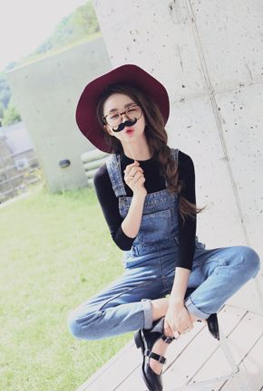 可愛いカジュアルデニムオーバーオール。 ちょっぴりオーバーサイズのルーズなシルエットです。 ヴィンテージ雰囲気の色褪せ加工が放されてこなれたムードのデニムがお洒落♪ 裾はロールアップしたりして、アレンジも楽しめる1着です。 ◆1色:ブルー