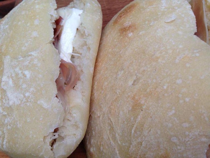 i saltimbocca di pizza sono dei panini soffici da gustare ben imbottiti per una cena veloce che rende felici grandi e piccini.