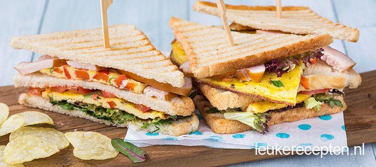 Met dit recept voor een luxe club sandwich hoef je niet meer buiten de deur te lunchen!