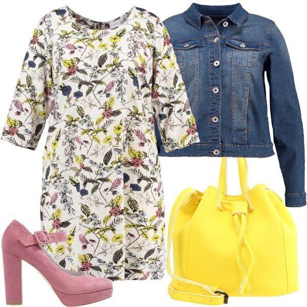 Vestitino corto e sbarazzino, maniche a 3/4, sfondo bianco e una cascata di fiori e colori, ripresi dagli altri elementi dell'outfit: giallo per la borsa a sacchetto, rosa per le scarpe con zeppa, e blu per la giacca di jeans.