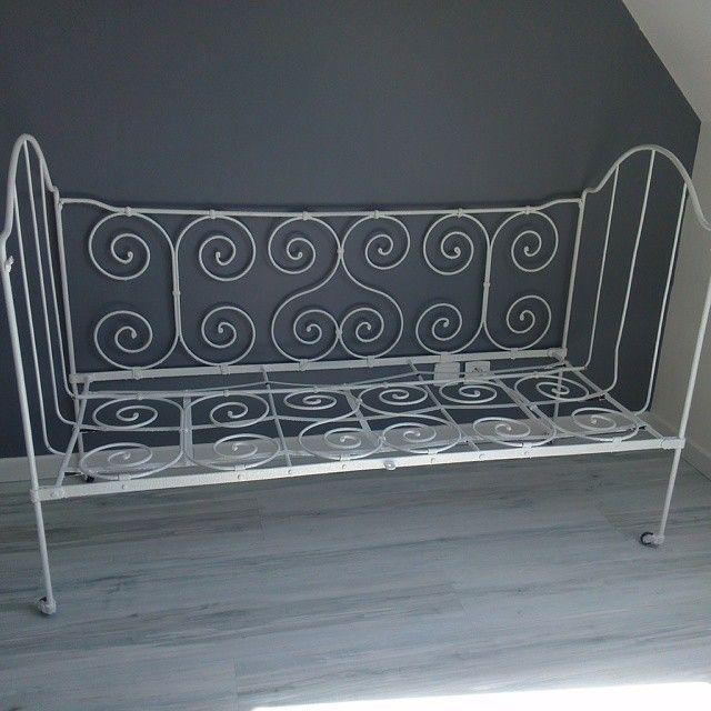 vieux lit en fer terminé. good relooking ^^ www.chaudrondepandora.com Fière de moi ;-) un petit canapé pour la chambre de  #babyboy #babyroom #mumtobe