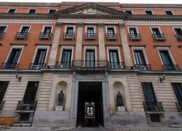 Palacio de Buenavista.es un gran palacio urbano de Madrid, ubicado dentro de un perímetro vallado en un promontorio ajardinado en la plaza de la Cibeles, frente a la sede del Banco de España. Actualmente, alberga el Cuartel General del Ejército.se edificó en 1767 en la Real finca conocida como Altillo de Buenavista. Tras adquirirla a la familia del rey de España en 1769, Fernando de Silva y Álvarez de Toledo, XII duque de Alba de Tormes, encargó en 1770 un proyecto de reajardinamiento de…