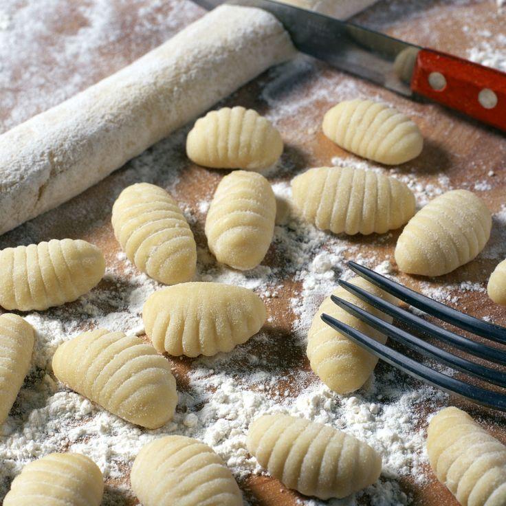 Découvrez la recette Gnocchis della mamma (gnocchis maison à base de pommes de terre) sur cuisineactuelle.fr.