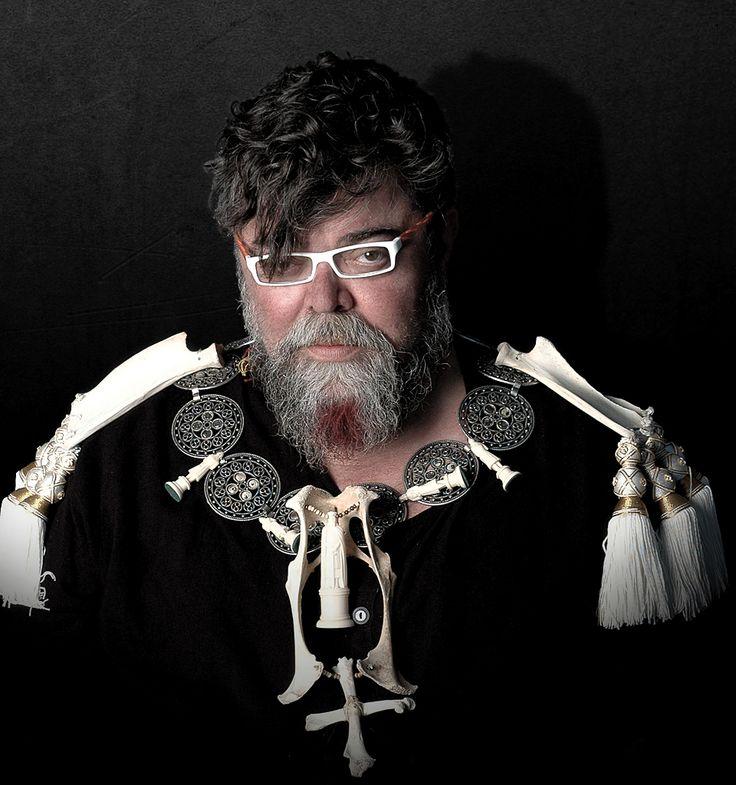 Ο ΣΤΑΜΑΤΗΣ ΚΡΑΟΥΝΑΚΗΣ ΜΙΛΑ & ΦΩΤΟΓΡΑΦΙΖΕΤΑΙ ΑΠΟΚΛΕΙΣΤΙΚΑ ΓΙΑ ΤΟ FASHIONISTAS.COM.GR -  Crédits: Pericles Kondylatos  bijoux