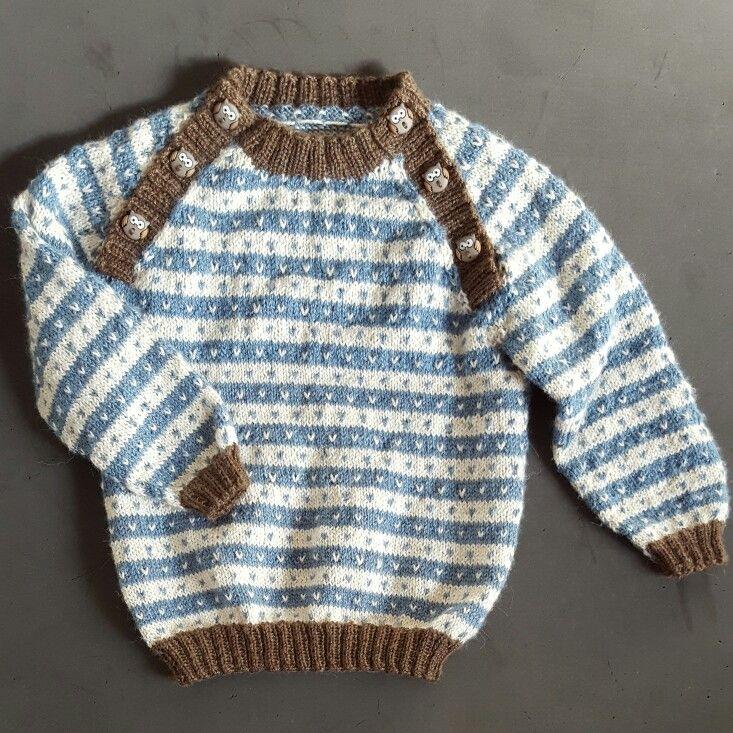 Lille barnetrøje str.9 mdr. Jeg har selv designet den så der er ingen opskrift.