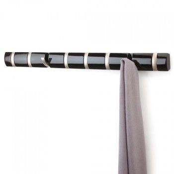Nowoczesny i designerski wieszak z ośmioma haczykami Filp marki Umbra. Produkt został wykonany z najwyższej jakości metalu. Każdy z haczyków utrzyma ciężar 2 kg, dlatego bez problemu można wieszać na nim kurtki, płaszcze, torebki. Wieszak nie zajmuje zbyt wiele miejsca.