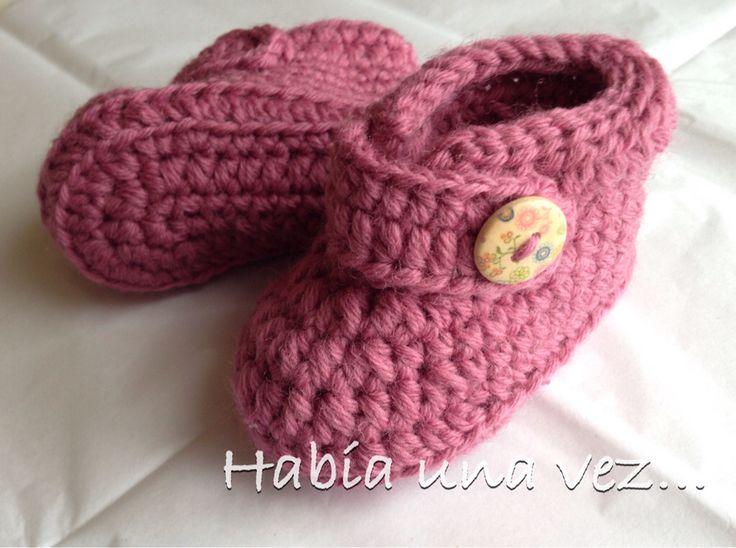 Botines palo rosa con botón madera