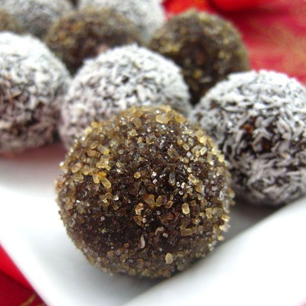 """Τα chokladbollar είναι παραδοσιακά κεράσματα της Σουηδίας. Κατά λέξη μεταφράζονται """"σοκολατένιες μπάλες"""", αλλά στην πραγματικότητα αποτελούνται από κακάο,"""