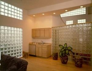 I mattoni di vetro permettono di esprimere al meglio la propria unicità attraverso colore, luce e trasparenza, e di trasformare gli interni in spazi eleganti.