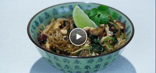 Rijk gevulde wokmaaltijd met biefstuk, mango, kokosmelk, curry, wilde spinazie, cashewnoten en eiermie.