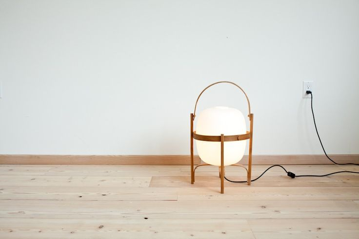 Cesta table lamp designed by Miguel Mila (1964). Cherry wood structure.