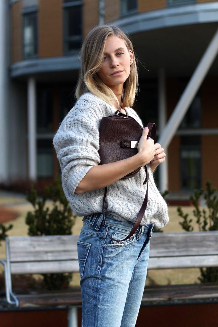 jeans Diesel basic, délavé, gros pull de couleur clair et sac en cuir brun, des basics, de l'intemporel