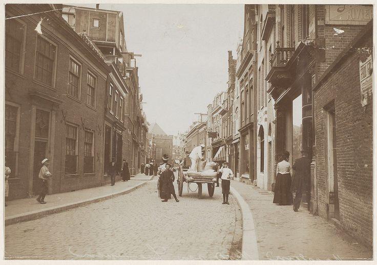 Koningstraat. Voor het pand van bakkerij Brakenhoff worden meelzakken uitgeladen.                       Foto 1900                                  Fotograaf: Anoniem