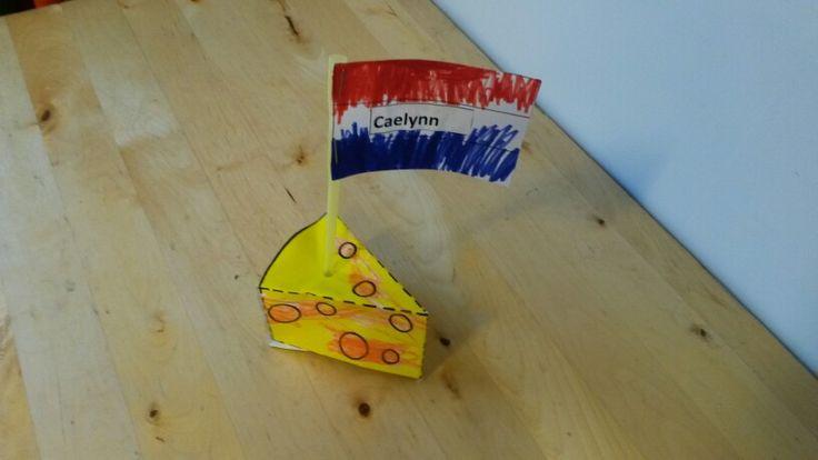 Thema Nederland 2015: de gaten in de kaas gekleurd met oranje wasco. Kaas geverfd met ecoline. De vlag hebben de peuters geprobeerd in de kleuren van de Nederlandse vlag. Goed gelukt toch? Met een rietje het vlaggetje in de kaas geprikt