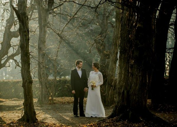 złota sesja ślubna, jesienne zdjęcia ślubne, złote dodatki