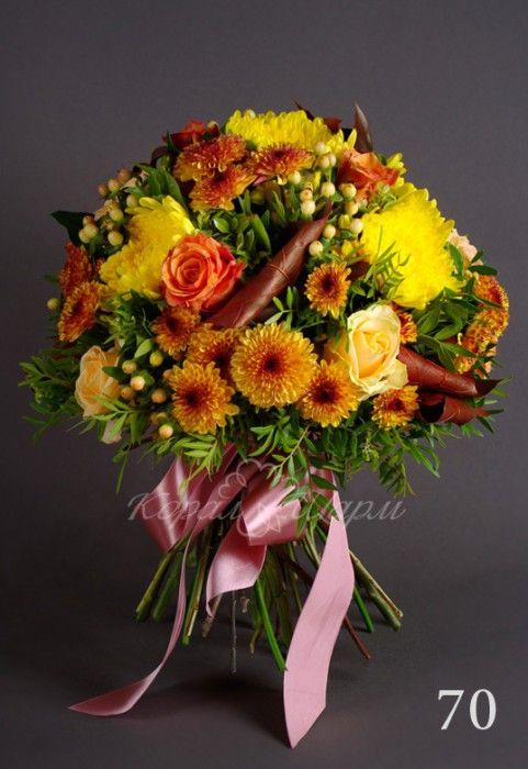 """Золотая осень в букете из желтой хризантемы, желто-бордовой кустовой хризантемы, розы """"Пич аваланж"""", оранжевой розы, розового гиперикума, листьев дуба и зеленью фисташки.  #букетыназаказ #студияфлористики #хризантемы"""