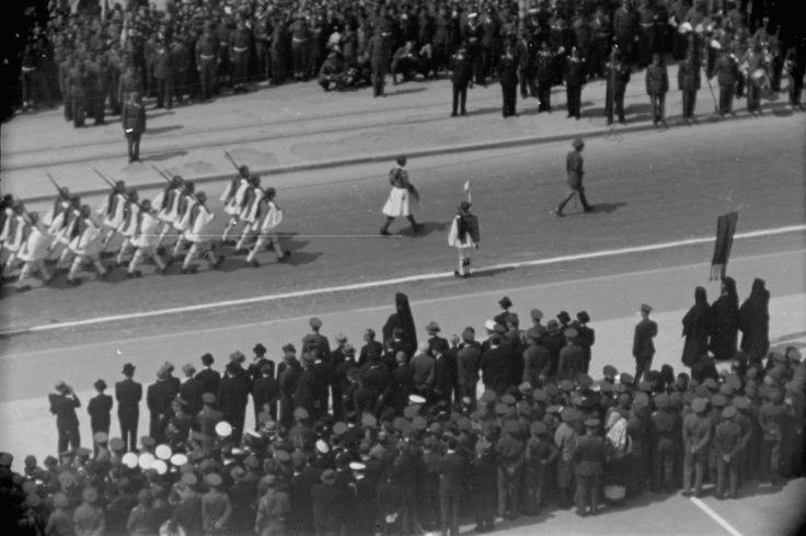 ΚΥΡΙΑΚΗ 25 ΜΑΡΤΙΟΥ 1945  Η πρώτη παρέλαση μετά την απελευθέρωση. Γύρω από την πλατεία Συντάγματος. Στιγμιότυπα από την Αθήνα, 69 χρόνια πριν. Φωτογραφικό Αρχείο Αθηνών Παύλου Μυλωνά - Αρχεία Νεοελληνικής Αρχιτεκτονικής Μουσείου Μπενάκη