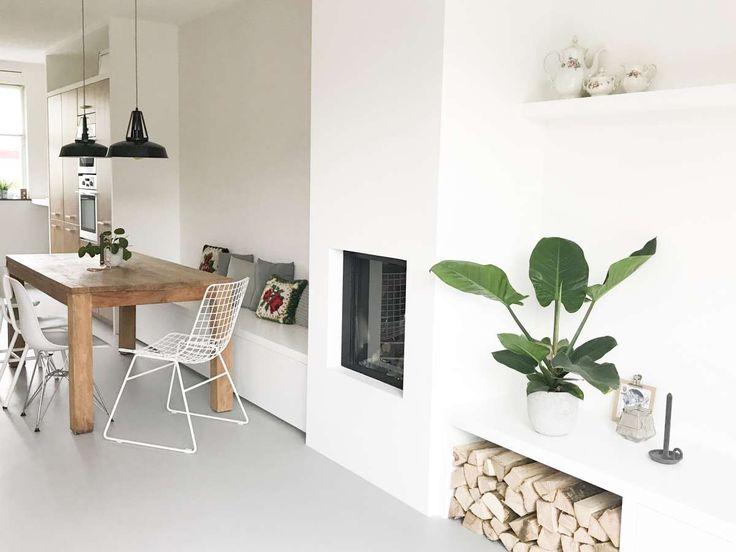 EETHOEK: Mooie strakke bank langs muur en eenvoudige houten eettafel