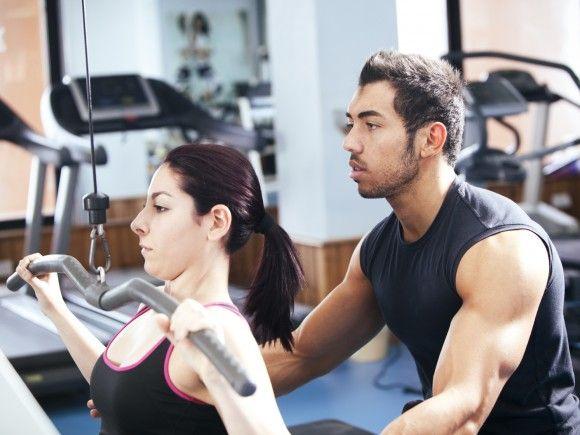Vor allem Anfänger sollten zunächst mit einem Trainer einen detaillierten Trainingsplan zum Muskelaufbau besprechen und sich die Geräte genau zeigen lassen. Nur so lassen sich Verletzungen durch falsche Bewegungen vermeiden.