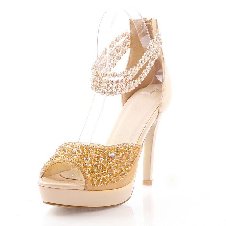 Vrouwelijke prima met de vis kop schoenen met hoge hakken diamant parel
