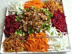 Красивый и вкусный салат с большим количеством хрустящих овощей и ароматным жареным мясом. Разновидностей этого салата много. Кто-то заправляет его майонез