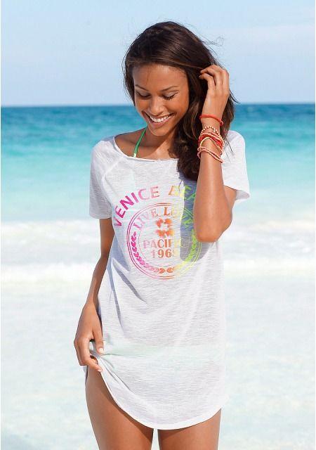 Любительнице стиля casual просто нельзя не купить женское пляжное платье от бренда Venice Beach, представленное нашим интернет-магазином одежды! Дизайн в виде удлиненной футболки с круглым вырезом и короткими рукавами отличается своей лаконичностью. Яркими вкраплениями стали крупный неоновый принт спереди и маленький цветочный мотив сзади. Модель выполнена из практичного, слегка прозрачного материала с фактурой. Пляжное платье будет великолепно смотреться с любым бикини и яркими шлепанцами…