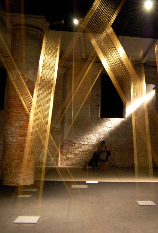 Art from Lygia Pape using gold string