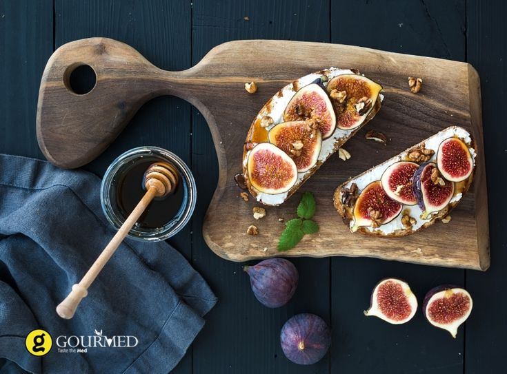Μπρουσκέτα με μανούρι φρέσκα σύκα μέλι και καρύδια