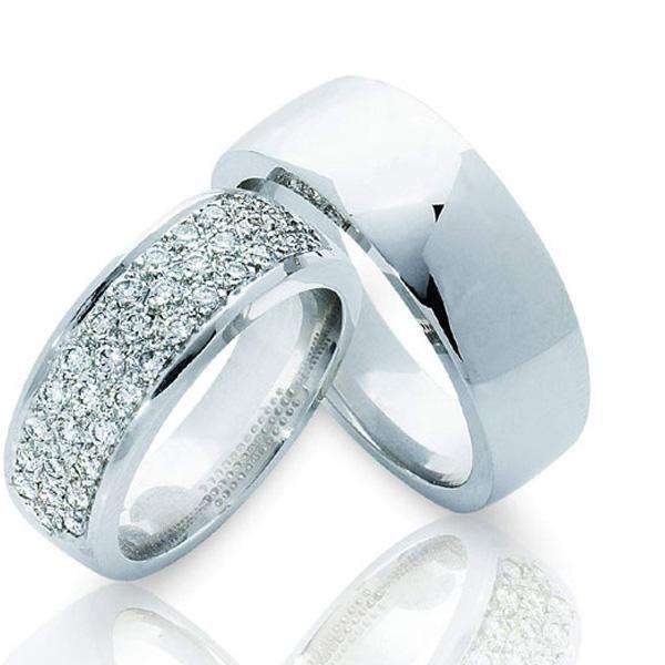 АРТ: ТС 3298-2. Классика и стиль - вот, что характеризует эти обручальные кольца. Мужское и женское кольцо выполнены в едином художественном стиле. Кольца из белого золота 585 пробы. Женское кольцо с великолепной россыпью из 37 бриллиантов весом 0,55 карат с характеристиками цвета 4 и чистоты 4. Ширина колец 7 мм. Средний вес пары обручальных колец 18 грамм. Внутренняя поверхность кольца имеет выпуклую округлую форму «comfort fit» (комфортная посадка). Цена пары обручальных колец 78200р.