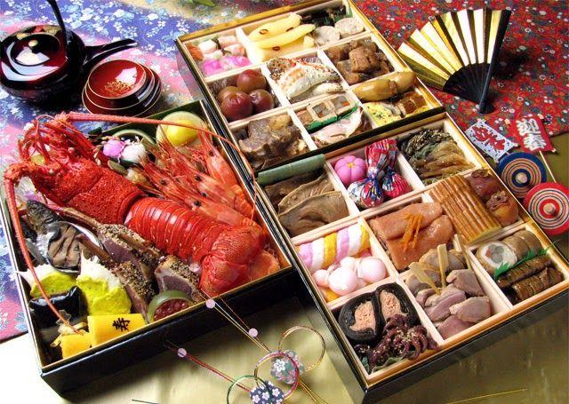 Osechi ryōri - Bento de año nuevo  - Ingredientes:  Kuromame  (judía de soja negra) Kurikinton  (puré de patata y castaña) Kamaboko (pastel de pescado) Tai (dorada a la brasa) Tazukuri (sardinas glaseadas) Kobumaki (rollitos de alga con salmón) Nishime (verduras y pollo) Kōhaku namasu (encurtido de daikon y zanahoria) Datemaki (rollo de tortilla dulce)  - Elaboración: Nota: El osechi es, en la cocina japonesa, unas cajas de comida tipo bento muy elaboradas que se toman en el año nuevo…