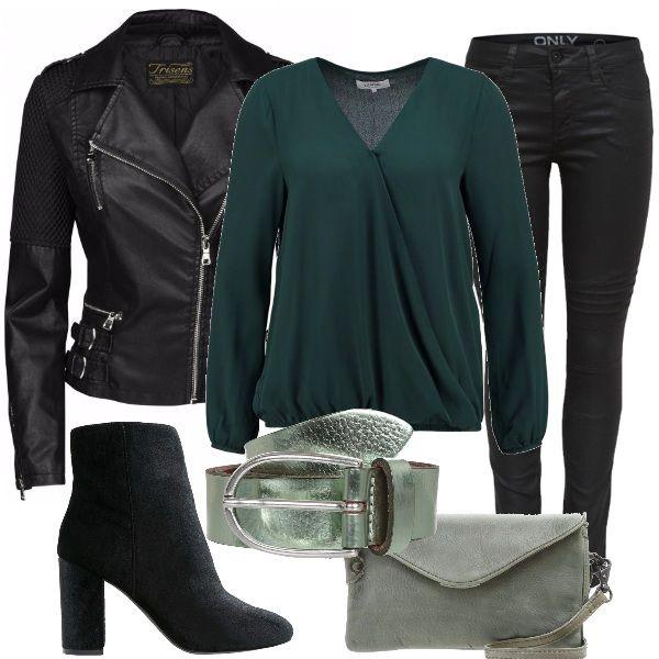 Outfit rock in verde e nero: giacca biker, jeans skinny, blusa con scollo incrociato leggermente trasparente, tronchetti in pelle e tessuto, borsina a tracolla verde e, per finire, cintura verde menta brillante.