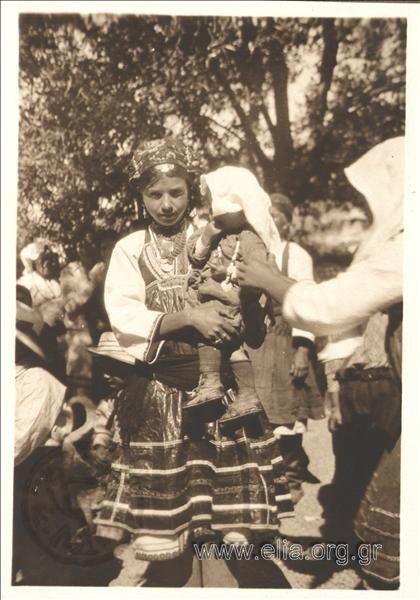 Πορτραίτο κοριτσιού με παραδοσιακή φορεσιά. ΤΟΠΟΣ ΦΑΡόδος ΧΡΟΝΟΛΟΓΙΑ 1925-30 ΣΥΛΛΟΓΗ /ΑΡΧΕΙΟ ΚΑΛΑΣ, ΝΙΚΟΛΑΣ (Καλαμάρης)
