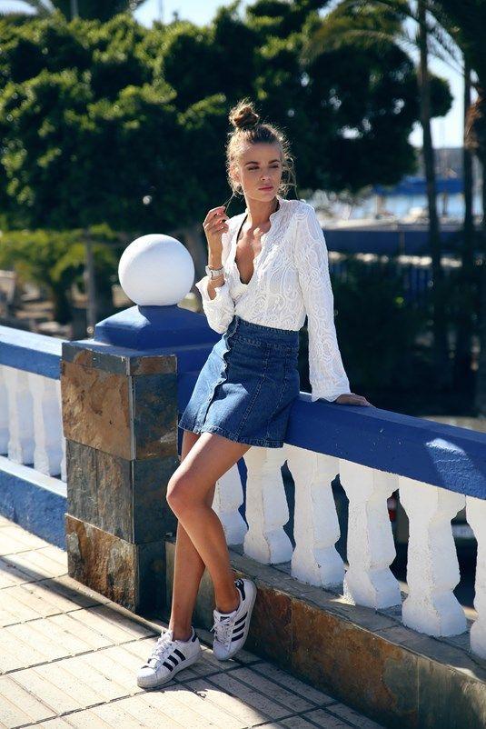 Przez retro, styl casual, spróbuj sparowaniu denim przycisk przedni spódnica z gwiazd Adidas i zanurzyć szyi białą bluzkę!  Via Josefin Ekström.  Top: Aeryne Paryż, spódnica: Bikbok.