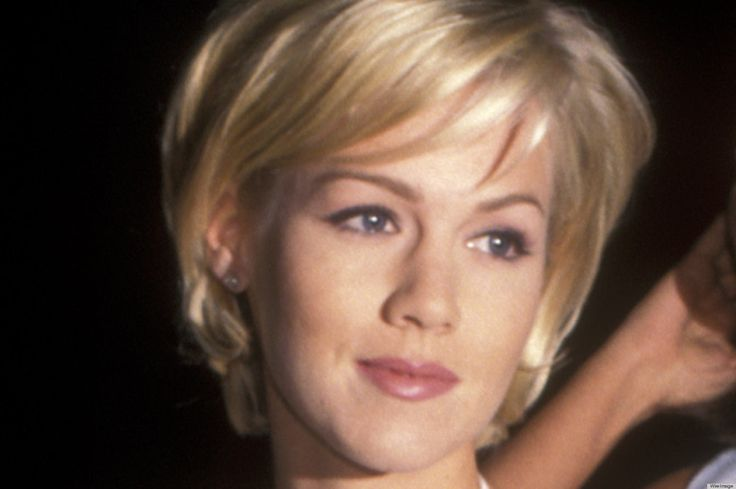 jennie garth on 90210 - short hair