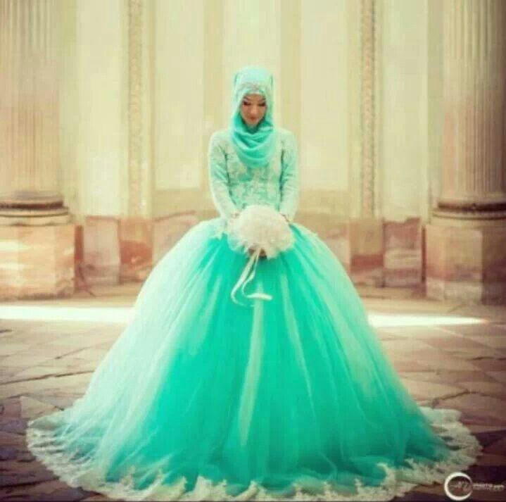 Beautiful hijabi wedding dress, though this isnt my culture, it's absolutely gorgeous!