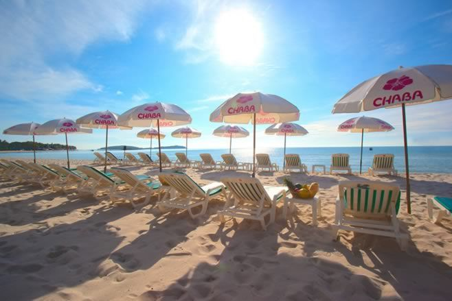 With a perfect location in central Chaweng, Koh Samui's best beach, Chaba Samui…