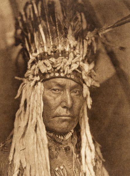 A Piegan war-bonnet (The North American Indian, v. XVIII. Norwood, MA, The Plimpton Press, 1928)