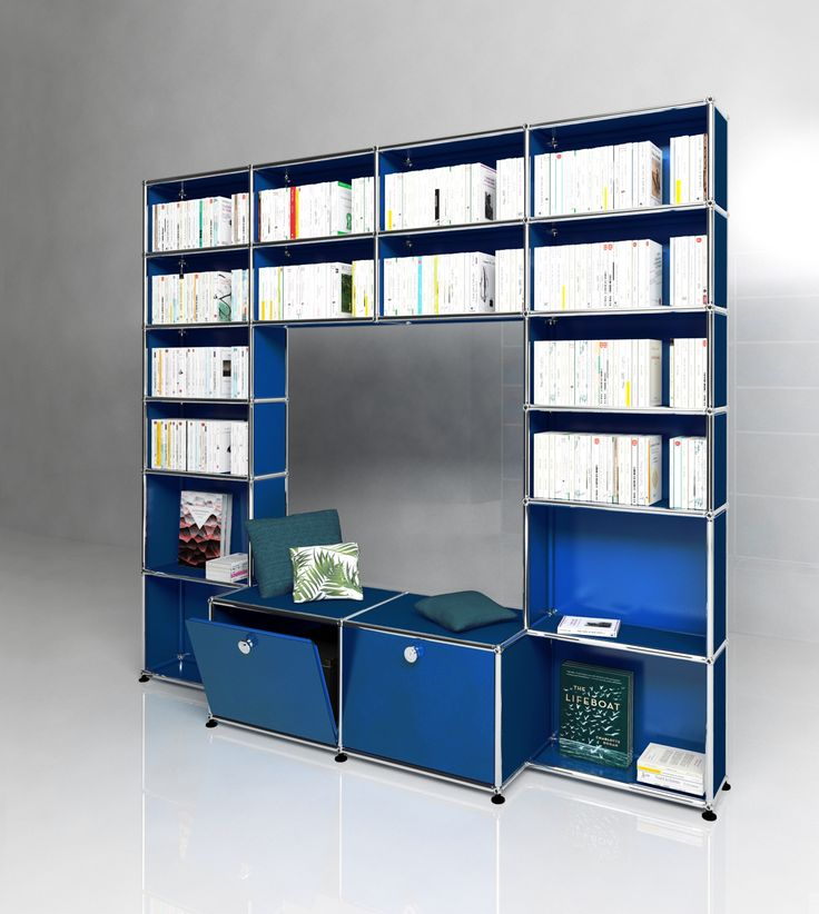 Grande bibliothèque USM Haller avec deux portes abattantes. Dimensions L/P/H : 2036/386/1776 mm.  Modèle présenté en bleu gentiane.