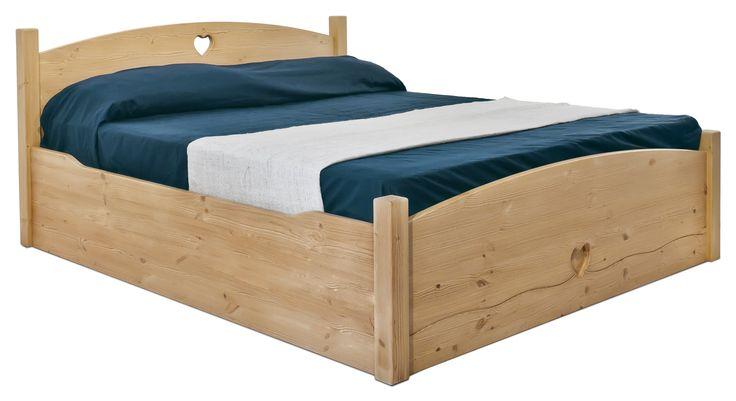 """Letto rustico """"Cuore"""" in legno massello di pino di Svezia, proposto come letto contenitore. www.arredamentirustici.it"""