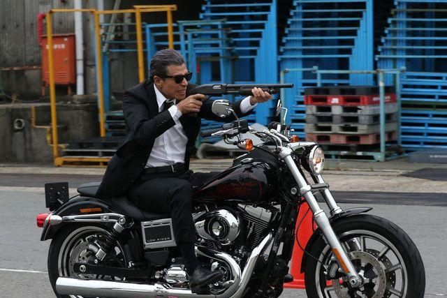 「さらば あぶない刑事」にて、ハーレーダビッドソンを乗りこなすタカ(舘ひろし)。