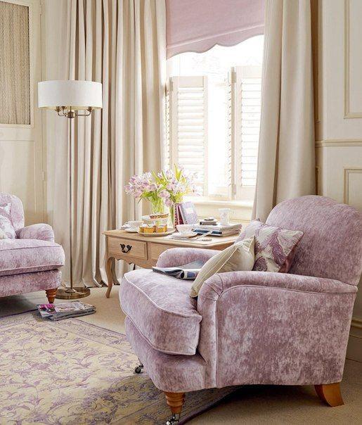 Фиолетовые кресла.