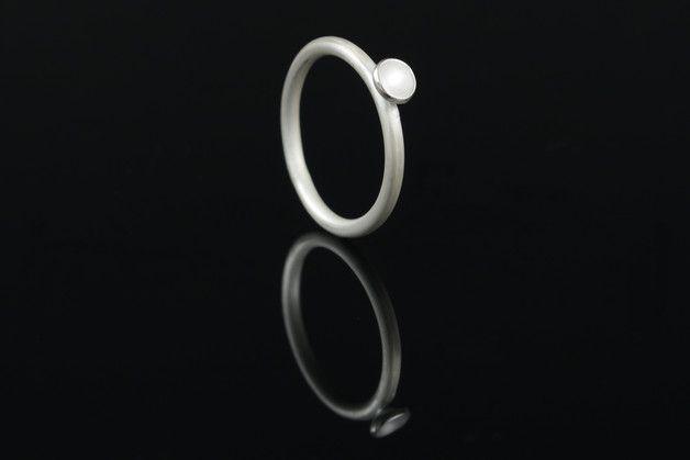 **Das Schmuckstück**  Eine Parabolförmige Schale ziert diesen Ring und ist einzeln oder in der Gruppe mit anderen Ringen eine wunderschöne Zierde deiner Finger. Den Ring kannst du auch gerne in...