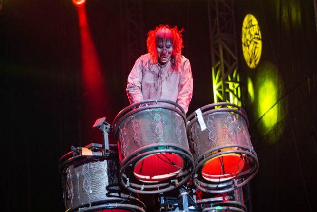 Drummer Slipknot jadi sutradara film, ini trailernya  Trailer dari film garapan drummer Slipknot, Shaw 'Clown' Crahan baru saja meluncur online. Berjudul Officer Downe, film debut Crahan di dunia penyutradaraan ini merupakan adaptasi dari novel grafis berjudul sama karya Chris Burnham dan Joe Casey,... http://rock.ly/qvrau