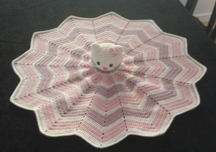 Crochet Hello Kitty huggy blanket - Hello Kitty nusseklud