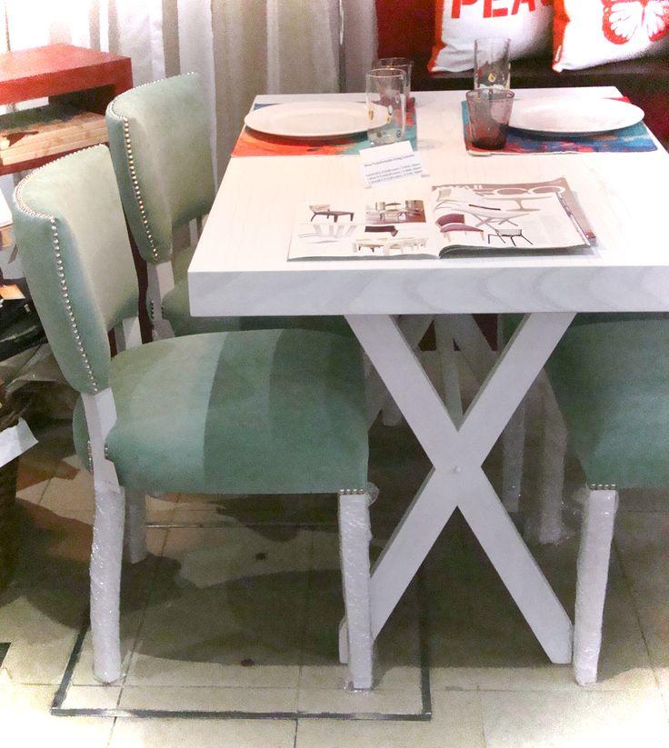 Mesa patinada blanca en cruz y sillas modelo Vitamina tapizadas pana acqua y tachas plateadas www.razzadecoraciones.com.ar